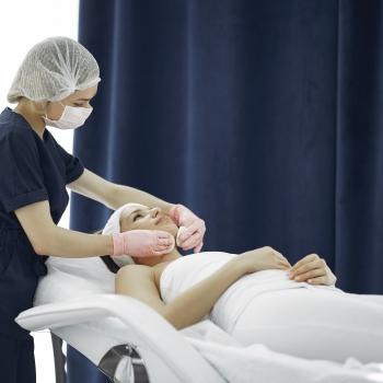Vrouw geniet van muziek tijdens behandeling bij Health Spa